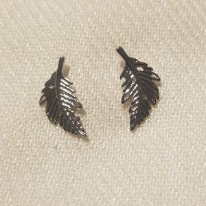 Jewelry - NWOT silver leaf earrings